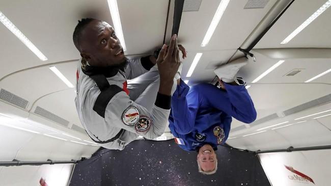 Ekspresi penuh keheranan dan takjub dari Usain Bolt yang merasakan efek gravitasi nol dari kabin khusus Airbus Zero-G. (REUTERS/Benoit Tessier)