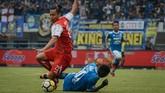 Bek Arema FC Hamka Hamzah berduel dengan penyerang Persib Bandung Ezechiel N'Douassel (tengah) dalam lanjutan Liga 1 di Stadion Gelora Bandung Lautan Api, Bandung, Jawa Barat, Kamis (13/9). (ANTARA FOTO/Raisan Al Farisi/hp/18)