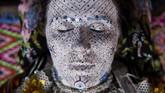 Beragam motif ditorehkan di wajah para pengantin, salah satunya lingkaran emas yang menggambarkan siklus dari kehidupan. (AFP PHOTO / Armend NIMANI)