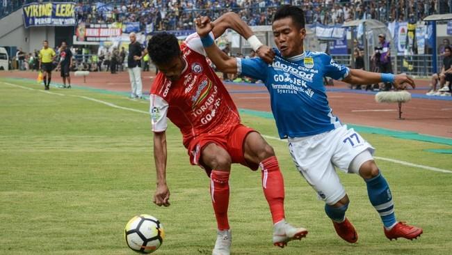 Pemain Persib Gozali Siregar (kanan) yang berupaya menembus kotak penalti Arema FC mendapat adangan dari Alfin Tuasalamony (kiri). (ANTARA FOTO/Raisan Al Farisi/18)