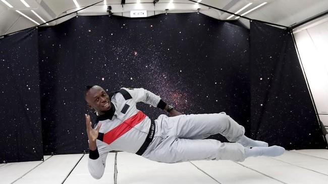 Mantan sprinter dunia, Usain Bolt, begitu menikmati saat merasakan gaya tanpa gravitasi bumi berada di pesawat modifikasi khusus Airbus Zero-G di Reims, Prancis, Rabu (12/9). (REUTERS/Benoit Tessier)