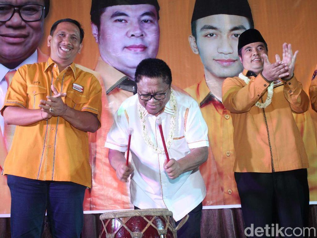 Acara dibuka oleh Ketua Umum Partai Hanura Oesman Sapta Odang (tengah).