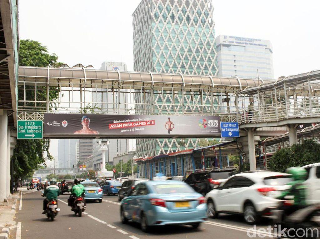 Promisi Asian Para Games terbilang sangat minim bila dibandingkan dengan Asian Games, seperti terlihat disepanjang halte Busway Harmoni sampai GBK hanya ada beberapa umbul-umbul Asian Para Games 2018 tersebut.