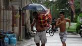 Ahli Meteorologi CNN, Brandon Miller, mengatakan bahwa Topan Mangkhut lebih besar, lebih kuat, dan lebih berbahaya daripada Florence. (AFP Photo/Ted Aljibe)