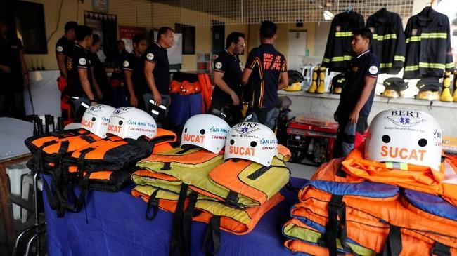 Palang Merah telah menempatkan tim pada tingkat siaga tertinggi di pulau itu sembari memperingatkan bahwa angin kencang dan hujan deras dapat menyebabkan kerusakan di pulau-pulau dan daerah pesisir Luzon. (Reuters/Erik De Castro)