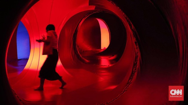 Luminarium memiliki konsep seperti akuarium namun bukan menyimpan air, melainkan cahaya. Cahaya yang dipantulkan menerobos ke dalam luminarium dan menimbulkan efek pencahayaan dramatis. (CNN Indonesia/Safir Makki)