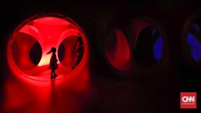 Luminarium trilumin merupakan bangunan yang menggunakan udara sebagai bentuk seni dan berisi aneka ragam warna dan cahaya yang mempesona. (CNN Indonesia/Safir Makki)