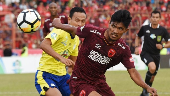 Satu-satunya laga yang berakhir imbang pada hari terakhir pekan ke-21 terjadi di Stadion Andi Mattalata, Makassar, Sulawesi Selatan, ketika PSM Makassar ditahan imbang Barito Putera. (ANTARA FOTO/Yusran Uccang/hp/18)
