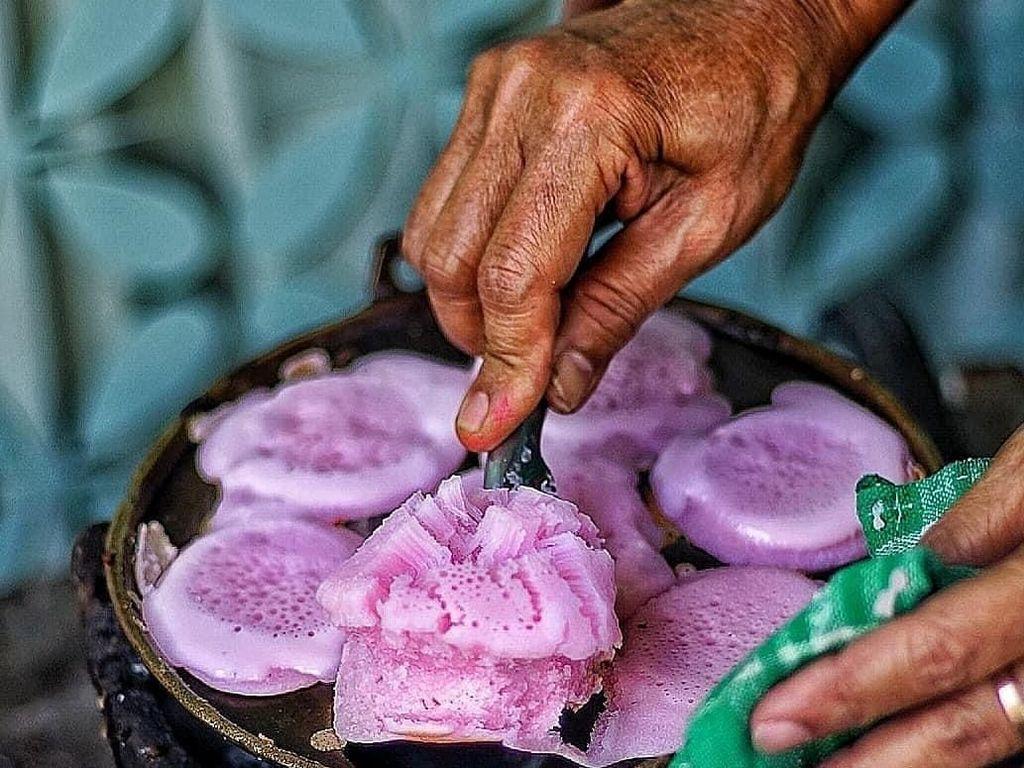 Nah seperti ini proses pembuatan kue carabikang. Secara tradisional kue ini dimasak di atas tungku arang. Matangnya memang lama tapi rasanya dijamin autentik. Foto : instagram @amazingjogja