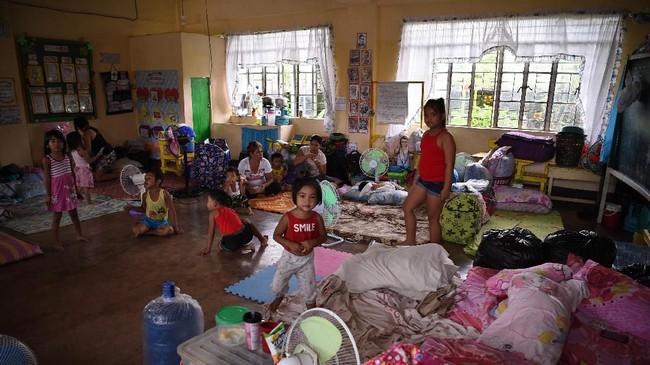 Presiden Rodrigo Duterte pun memimpin langsung rapat komando darurat untuk mempersiapkan Filipina menghadapi topan super Mangkhut. (AFP Photo/Ted Aljibe)