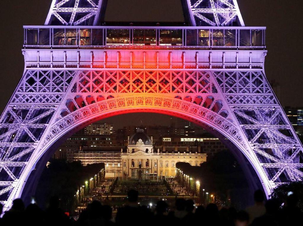 Pangeran Naruhito pun mengatakan kepada wartawan dengan adanya perayaan festival lampu ini hubungan antara Prancis dan Jepang dapat semakin baik ke depannya. Charles Platiau/Reuters.