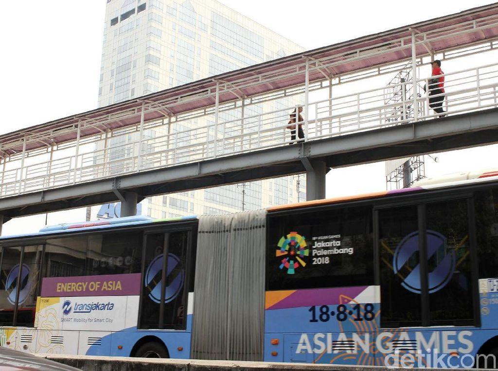 Seperti tak bisa move on dari perhelatan Asian Games 2018 yang sudah lalu, Tapi semua bahan promosinya masih terpasang di JPO Harmoni.