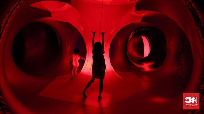 Kilau cahaya juga warna dalam bangunan ini muncul dari cahaya yang menembus plastik aneka warna. Seluruh bangunan luminarium trilumin ini dikerjakan langsung oleh tangan di Nottingham, Inggris. (CNN Indonesia/Safir Makki)