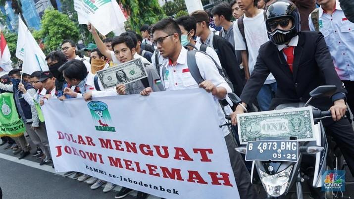 Mereka menuntut untuk Jokowi dan JK dapat menstabilkan dan menguatkan nilai Rupiah yang saat ini sedang melemah.