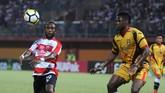 Madura United yang menjamu Mitrak Kukar di Stadion Gelora Ratu Pamelingan Pamekasan, Jawa Timur, Kamis (13/9), juga meraih kemenangan 2-0 berkat gol dari Mamadou Samassa dan Greg Nwokolo. (ANTARA FOTO/Saiful Bahri/hp/18)