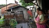 Saat ini, Topan super Mangkhut yang masuk kategori 5 terpantau sudah berada pada jarak 725 kilometer di Timur Virac, Catanduanes, dan akan terus berembus dengan kecpatan 255 kilometer per jam. (AFP Photo/Ted Aljibe)