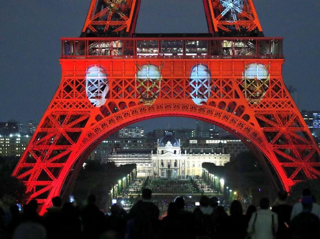 Seniman Jepang Motoko Ishii dan Akari-Lisa Ishii mempersembahkan pertunjukan cahaya khusus selama dua hari di Menara Eiffel kota Paris. Charles Platiau/Reuters.