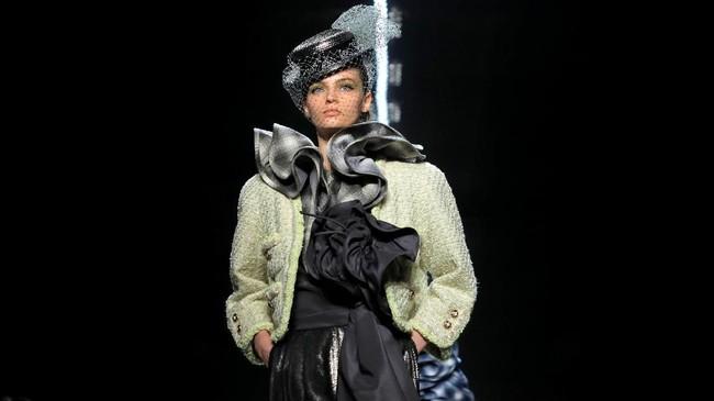 Penampilan pun dilengkapi dengan fascinator, sling bag, serta scarf ala Grace Kelly. (REUTERS/Andrew Kelly)