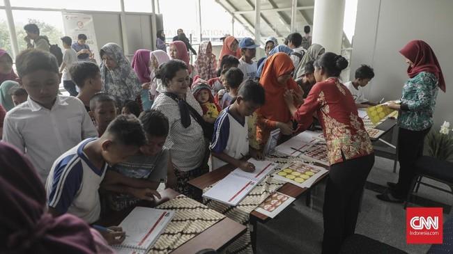 Ratusan warga terlihat antusias mengikuti uji coba hari terakhir kereta Light Rail Transit (LRT) di Stasiun Velodrome, Rawamangun, Jakarta Timur menuju Stasiun Kelapa Gading (14/9). (CNN Indonesia/ Hesti Rika)