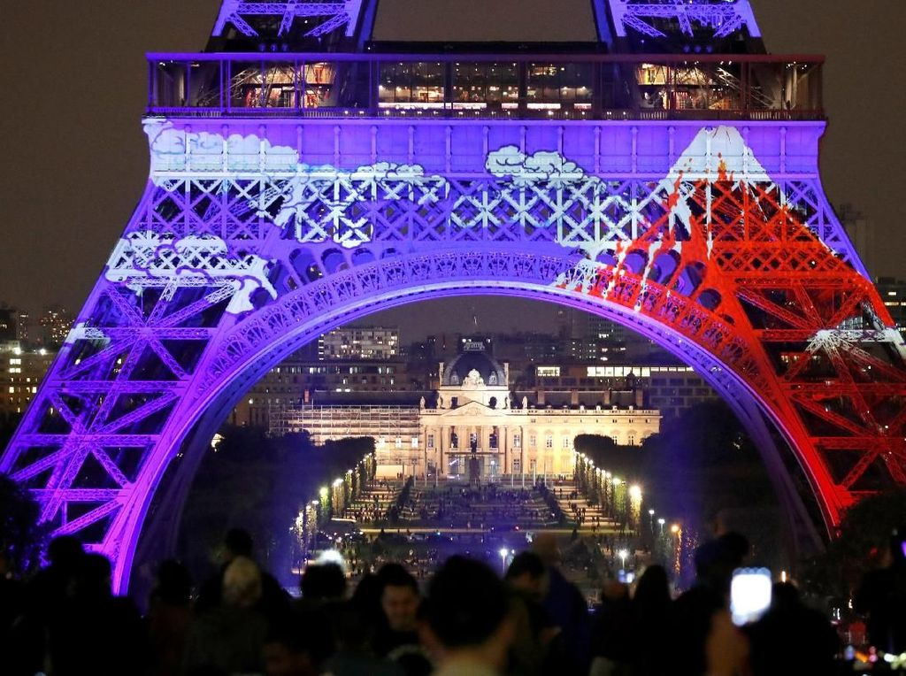 Pangeran Naruhito dari Jepang secara resmi membuka perayaan festival lampu di Menara Eiffel tersebut. Charles Platiau/Reuters.