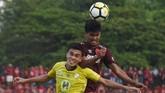 Paulo Octavianus Sitanggang (kiri) sempat membawa Barito Putera unggul 1-0 pada menit ke-66, namun gol Ferdinand Sinaga membatalkan kemenangan tim tamu. (ANTARA FOTO/Yusran Uccang/hp/18)
