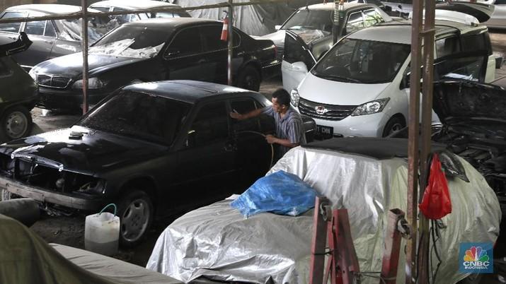 Pekerja menyelesaikan pemasangan atap mobil di bengkel mobil di kawasan, Tangerang, Banten, Jumat (14/9). Perusahaan-perusahaan asuransi membatasi usia kendaraan yang boleh diikutsertakan dalam program asuransi. Asuransi kendaraan yang bisa dipilih, comprehensive untuk pergantian apabila beberapa bagian mobil rusak atau keserempet. Atau bisa juga total loss only untuk pergantian apabila mobil hilang. Asuransi kan terima mobil sampai usia mobil 9 tahun untuk comprehensive atau 15 tahun untuk TLO (total loss only).  (CNBC Indonesia/Muhammad Sabki)