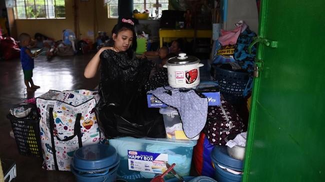 Warga Filipina bersiap menghadapi Topan Super Mangkhut yang akan menghantam negara itu pada akhir pekan. (AFP Photo/Ted Aljibe)