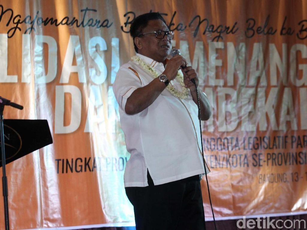 Ketua Umum Partai Hanura Oesman Sapta Odang menyampaikan pidatonya.