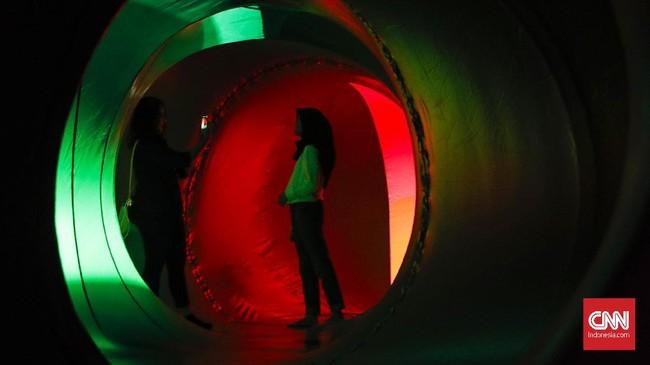 Sejumlah pengunjung yang sudah menikmati karya ini menyebut bahwa mereka seolah terbawa ke tempat yang amat berbeda seiring mereka menjelajah karya seni ini. (CNN Indomesia/Safir Makki)