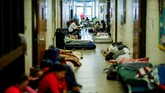 Orang-orang terlihat di dalam tempat pengungsian yang dibangun oleh Red Cross. Mereka telah mengungsi sebelum Badai Florence menghampiri kota mereka di Grantsboro, Carolina Utara. (REUTERS/Eduardo Munoz)