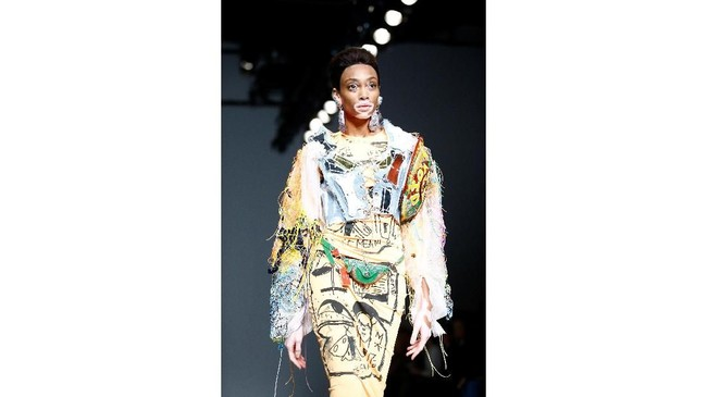 Salah satu karyanya menampilkan bolero over-sized dipadu dengan dress selutut. (REUTERS/Henry Nicholls)