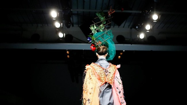 Selain busana, aksesoris juga menjadi cara Bovan mencuri panggung Pekan Mode London 2018. (REUTERS/Henry Nicholls)