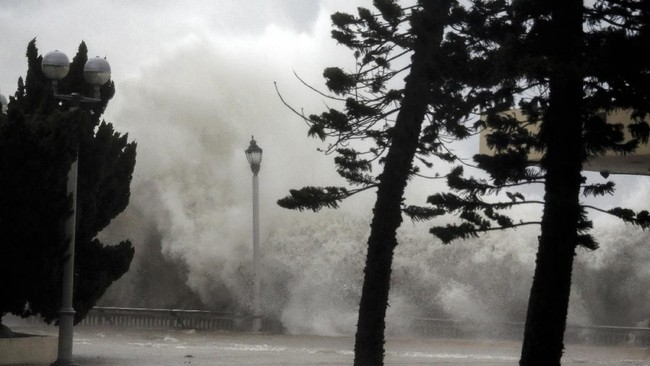 Topan Mangkhut menyebabkan gelombang tinggi menghantam pantai di Heng Fa Chuen, Hong Kong. (REUTERS/Bobby Yip TPX IMAGES OF THE DAY TPX IMAGES OF THE DAY)