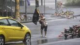 Air hujan dan angin kencang memasuki wilayah Shenzhen, China membuat warga setempat panik. (REUTERS/Jason Lee)
