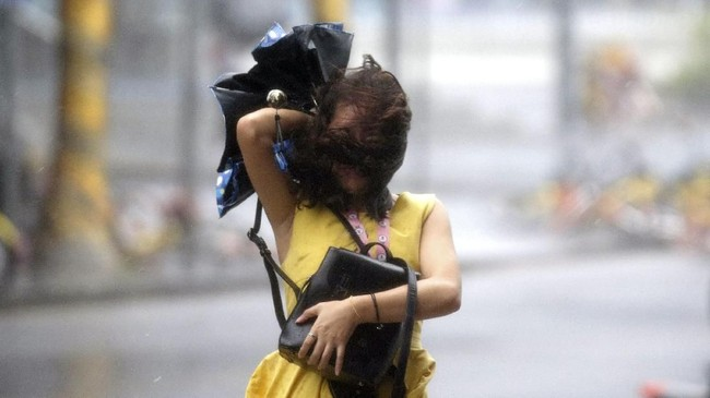 Warga Shenzhen, China dilarang untuk berkeliaran di jalan raya akibat Topan Mangkhut. (REUTERS/Jason Lee)
