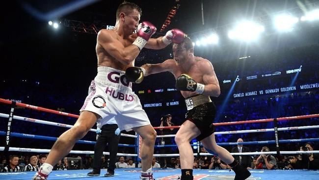 Saul 'Canelo' Alvarez berhasil merebut gelar tinju kelas menengah usai menaklukkan Gennady Golovkin di Las Vegas, Minggu (16/9). (Joe Camporeale-USA TODAY Sports)