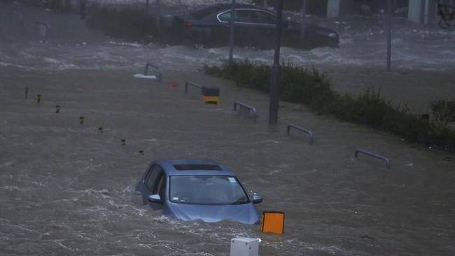 Gelombang tinggi dan air laut meluber ke jalan di Heng Fa Chuen, Hong Kong (REUTERS/Bobby Yip)