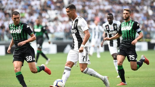 Juventus dikawal ketat pemain Sassuolo sehingga sempat kesulitan menembus pertahanan lawan. (REUTERS/Massimo Pinca)