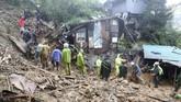 Di kota Baggao, topan juga menghancurkan banyak rumah dan tiang listrik. Beberapa jalan tidak dapat diakses karena tanah longsor dan banyak warga yang terjebak. (Reuters/Harley Palangchao)