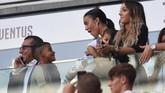 Kekasih Cristiano Ronaldo,Georgina Rodriguez dan Ronaldo Jr., ikut merayakan gol CR7 dari tribune VVIP di Stadion Allianz. (REUTERS/Massimo Pinca)