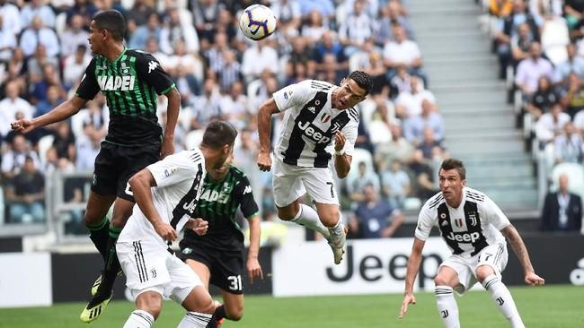 Percobaan Cristiano Ronaldo untuk mencetak gol ke gawang Sassuolo dengan tandukannya. (REUTERS/Massimo Pinca)