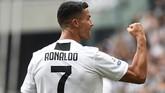 Cristiano Ronaldo hanya butuh waktu 15 menit mencetak gol kedua setelah gol pertama yang dilesakkan ke gawang Sassuolo. (REUTERS/Massimo Pinca)