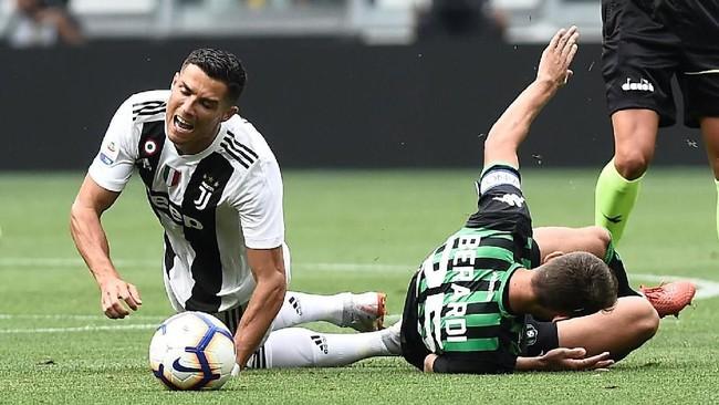 Cristiano Ronaldo dijatuhkan penyerang Sassuolo Domenico Berardi. CR7 menjadi pemain yang kerap mendapatkan adangan dari para pemain lawan. (REUTERS/Massimo Pinca)