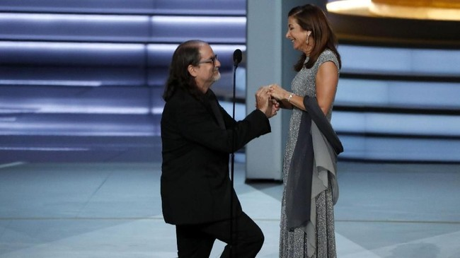 Glenn Weiss, pemenang kategori Outstanding Directing For A Variety Special untuk tayangan 'Academy Awards 2017', melamar kekasihnya di panggung Emmy Awards 2018. (REUTERS/Mario Anzuoni)