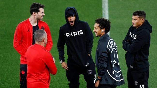 Neymar, Marquinhos dan Thiago Silva, para penggawa PSG terlihat santai sebelum menghadapi Liverpool. Silva sempat mengatakan laga dua tim tersebut bakal menyajikan perarungan sengit di lini depan. (Reuters/Jason Cairnduff)