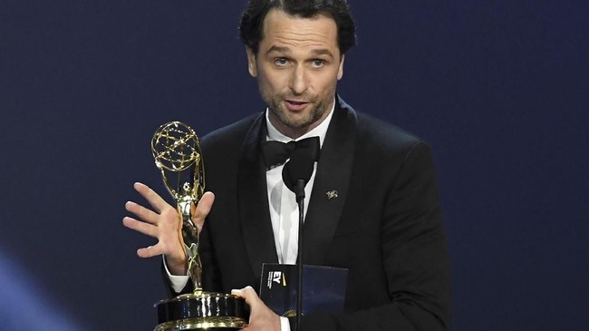 Aktor Matthew Rhysmenerima penghargaanOutstanding Lead Actor in a Drama Seriesuntuk serial 'The Americans'. (Kevin Winter/Getty Images/AFP)