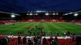 Para pemain PSG saat latihan mencoba lapangan di Stadion Anfield pada Senin (17/9) sebelum menghadapi Liverpool. (Reuters/Jason Cairnduff)