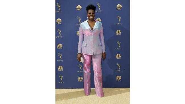 Busana yang dikenakan Leslie Jones ini sebenarnya tampak pas di badan sang komedian. Tapi, pilihan warna yang tampak seperti permen kapas ini membuat tampilannya terlihat norak. (REUTERS/Kyle Grillot)
