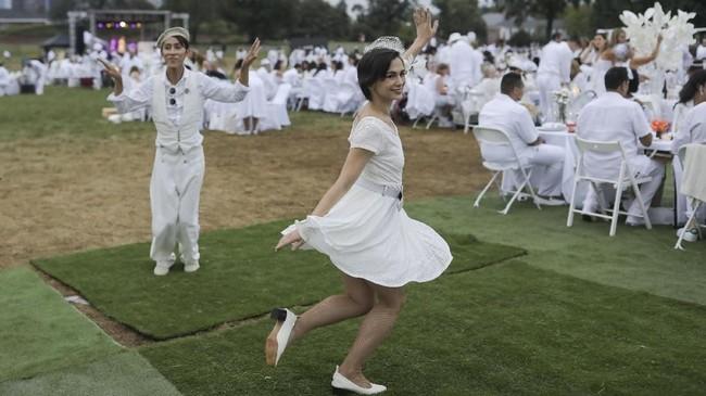 New York City Diner en Blanc adalah sebuah pesta makan malam 'rahasia' dengan pakaian bernuansa putih. Acara ini diadopsi dari budaya Perancis.