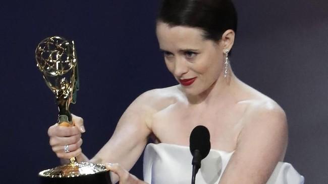 Claire Foy, pemeran utama dalam serial 'The Crown' menerima piala setelah menang dalam kategori Outstanding Lead Actress in a Drama Series. (REUTERS/Mario Anzuoni)